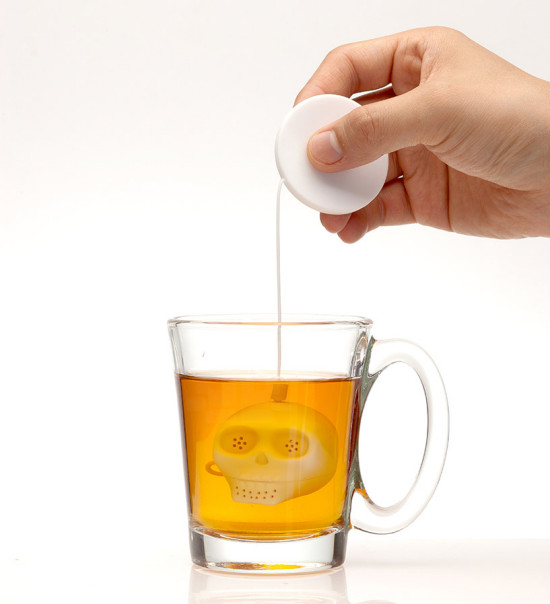 lee-jinyoung-skull-tea-infuser-designboom-01